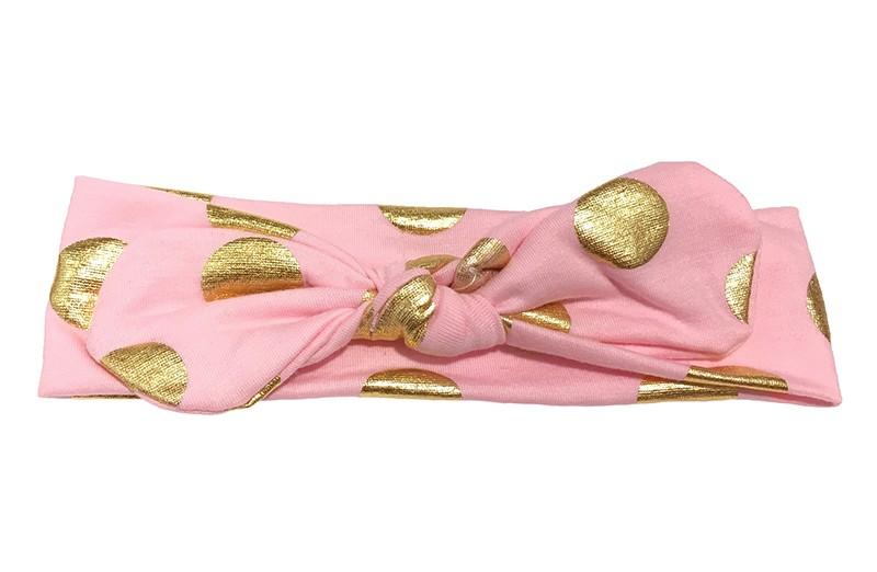 Leuk licht roze meisjes haarbandje (baby, peuter) met glanzend gouden stippen. Dit geknoopte haarbandje is van zachte rekbare stof, daardoor kun je er lang plezier van hebben.