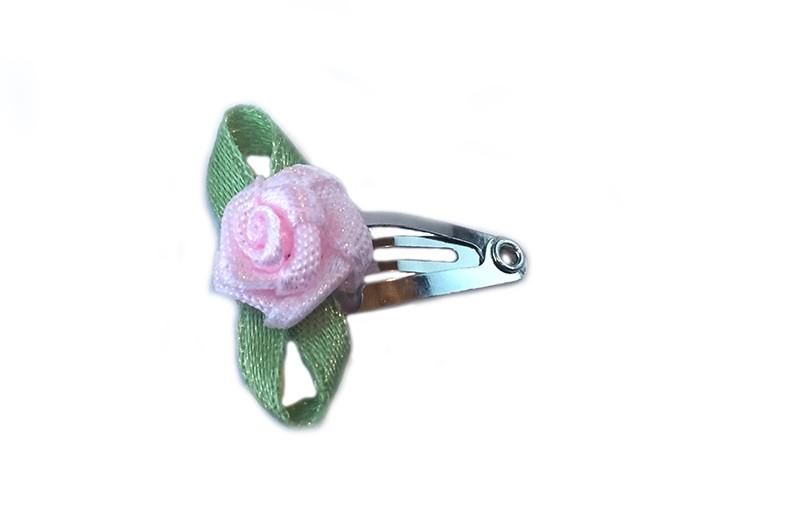Schattig klein baby haarspeldje met licht roze roosje.  Laat uw kindje nooit slapen of alleen zijn met haarspeldje in!