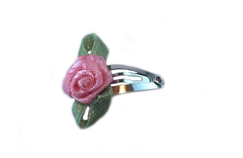Schattig klein baby haarspeldje met roze roosje.  Laat uw kindje niet slapen of alleen zijn met haarspeldjes in!