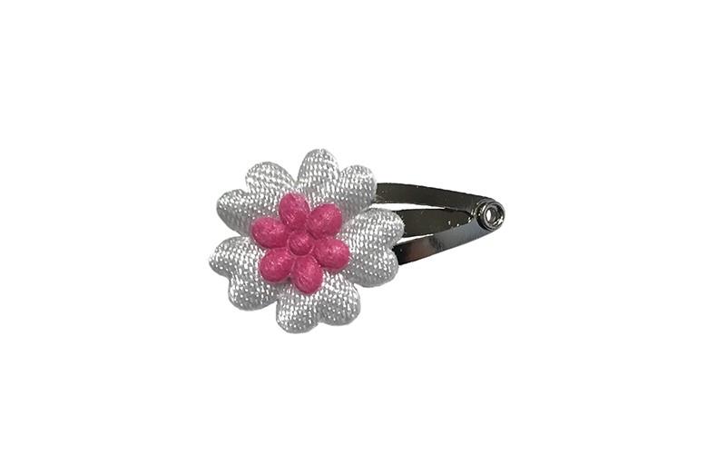 Schattig klein baby haarspeldje met een wit bloemetje en een klein roze bloemetje.  Laat uw kindje niet slapen of alleen zijn met haarspeldjes in!
