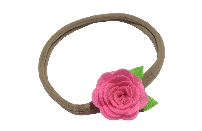 Vrolijk nylon haarbandje met een leuke roze vilten roosje. Het nylon haarbandje is goed rekbaar en daardoor geschikt voor baby en peuter meisjes. Het roosje is ongeveer 3.5 centimeter.