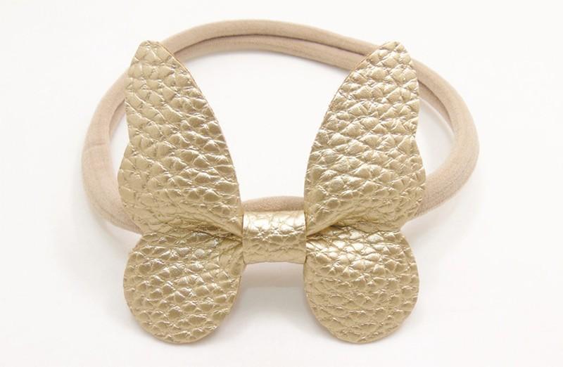 Zo vrolijk! Zacht nylon baby / peuter haarbandje met gouden vlinder van leer.  Het haarbandje is makkelijk uit te rekken tot gewenste maat van baby tot peuter meisjes (tot ongeveer 3 jaar) en kun je er veel plezier van hebben.