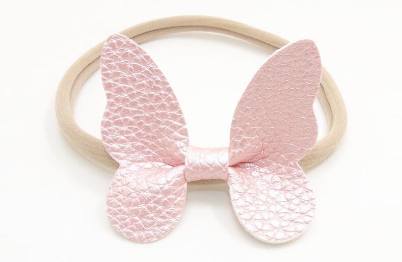 Zo vrolijk! Zacht nylon baby / peuter haarbandje met licht roze vlinder van leer.  Het haarbandje is makkelijk uit te rekken tot gewenste maat van baby tot peuter meisjes (tot ongeveer 3 jaar) en kun je er veel plezier van hebben.