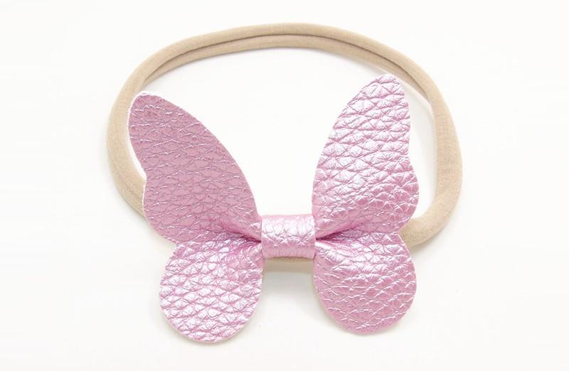 Zo vrolijk! Zacht nylon baby / peuter haarbandje met roze vlinder van leer.  Het haarbandje is makkelijk uit te rekken tot gewenste maat van baby tot peuter meisjes (tot ongeveer 3 jaar) en kun je er veel plezier van hebben.