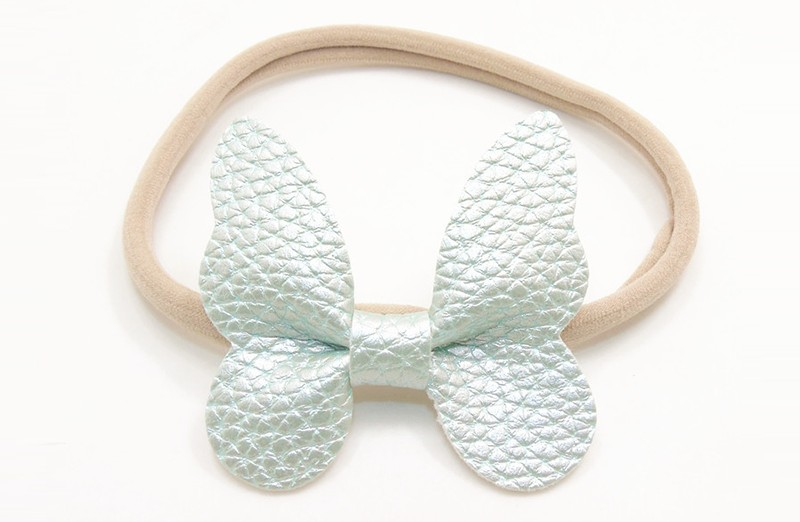 Zo vrolijk! Zacht nylon baby / peuter haarbandje met zacht groene vlinder van leer.  Het haarbandje is makkelijk uit te rekken tot gewenste maat van baby tot peuter meisjes (tot ongeveer 3 jaar) en kun je er veel plezier van hebben.