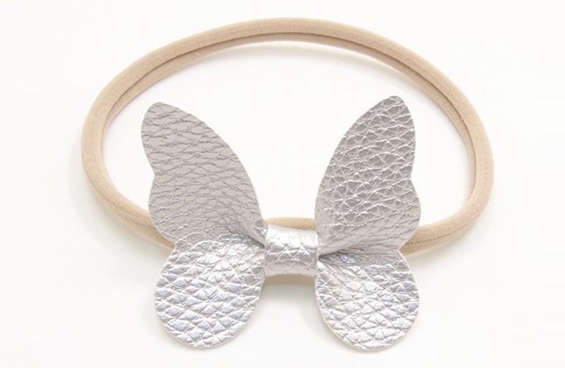 Zo vrolijk! Zacht nylon baby / peuter haarbandje met zilveren vlinder van leer.  Het haarbandje is makkelijk uit te rekken tot gewenste maat van baby tot peuter meisjes (tot ongeveer 3 jaar) en kun je er veel plezier van hebben.