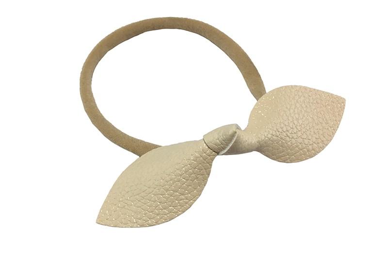 Leuk baby peuter kleuter haarbandje.  Van goed rekbaar nylon. Met een crème wit nep leren knoopstrikje van ongeveer 10 centimeter.