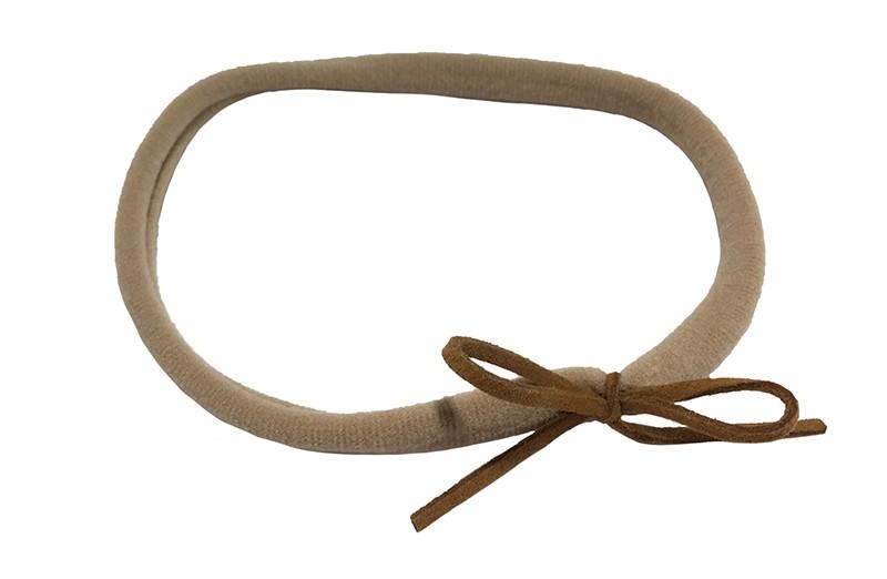 Leuk nylon peuter haarbandje met een donker bruin suedelook strikje.