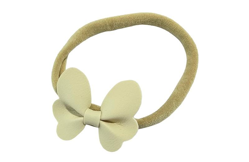 Schattig nylon peuter kleuter haarbandje.  Met een creme wit leren vlindertje.  Het haarbandje is van dun goed rekbaar nylon daardoor geschikt vanaf ongeveer 1 tot 6 jaar.