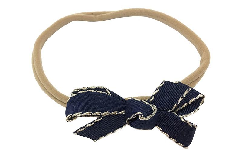 Schattig goed rekbaar nylon baby haarbandje. Met een strikje van geribbeld donkerblauw lint.  Het haarbandje is goed rekbaar, geschikt tot ongeveer 18 maanden.  Het strikje is ongeveer 7 centimeter breed.