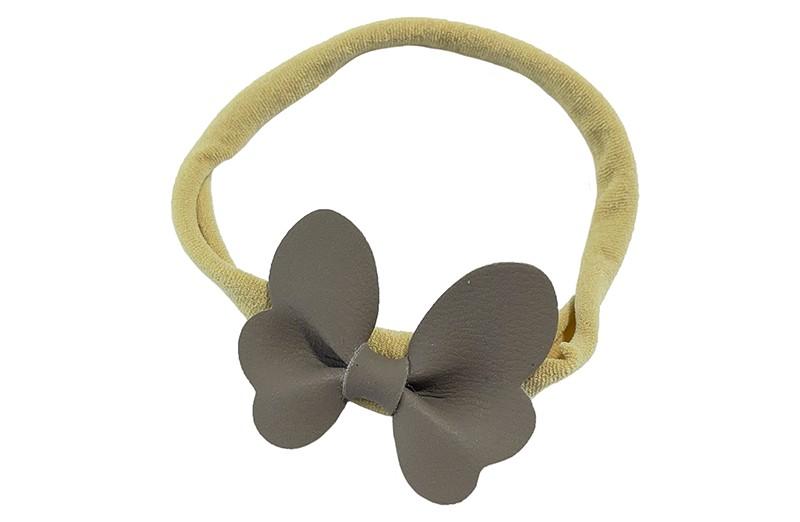 Schattig nylon peuter kleuter haarbandje.  Met een grijs leren vlindertje.  Het haarbandje is van dun goed rekbaar nylon daardoor geschikt vanaf ongeveer 1 tot 6 jaar.