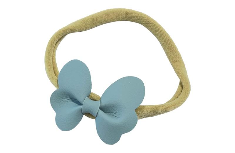 Schattig nylon peuter kleuter haarbandje.  Met een licht blauw leren vlindertje.  Het haarbandje is van dun goed rekbaar nylon daardoor geschikt vanaf ongeveer 1 tot 6 jaar.