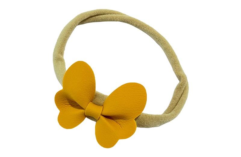 Schattig nylon peuter kleuter haarbandje.  Met een oker geel leren vlindertje.  Het haarbandje is van dun goed rekbaar nylon daardoor geschikt vanaf ongeveer 1 tot 6 jaar.