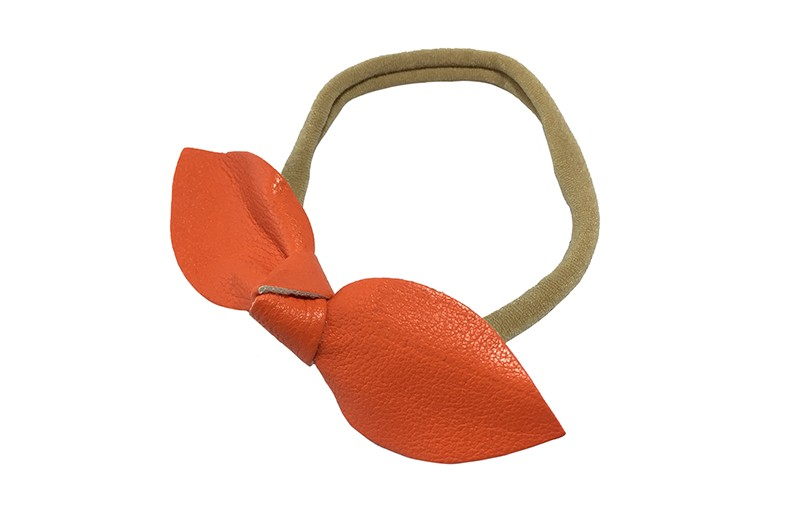 Schattig nylon peuter kleuter meisjes haarbandje.  Van dun rekbaar nylon.  Met een oranje nepleren knoopstrikje.