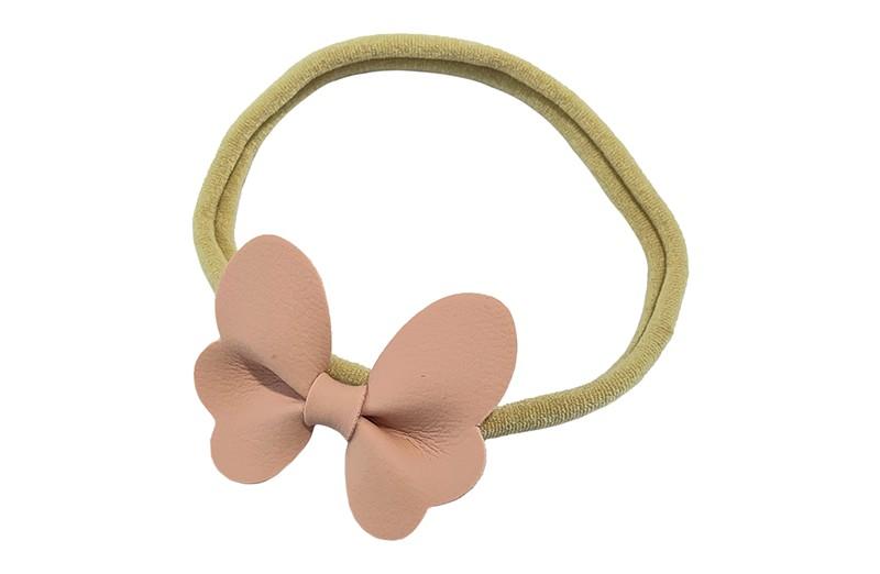 Schattig nylon peuter kleuter haarbandje.  Met een lichtroze leren vlindertje.  Het haarbandje is van dun goed rekbaar nylon daardoor geschikt vanaf ongeveer 1 tot 6 jaar.