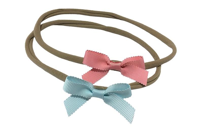 Schattig setje van 2 goed rekbare nylon haarbandjes. Met op elk een klein strikje van geribbeld lint.  1 haarbandje met een roze strikje.  1 haarbandje met een licht blauw strikje.  De haarbandjes zijn heel goed rekbaar en daardoor geschikt tot ongeveer 6 jaar.  De strikjes zijn ongeveer 6 centimeter breed.