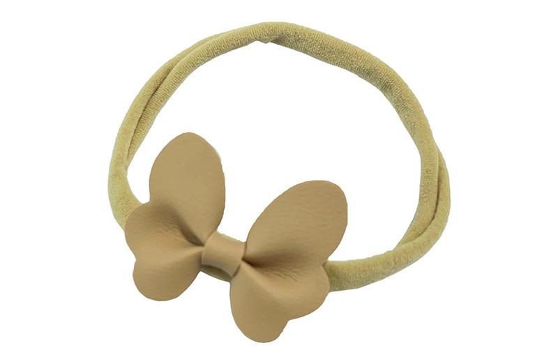 Schattig nylon peuter kleuter haarbandje.  Met een zand kleurig leren vlindertje.  Het haarbandje is van dun goed rekbaar nylon daardoor geschikt vanaf ongeveer 1 tot 6 jaar.