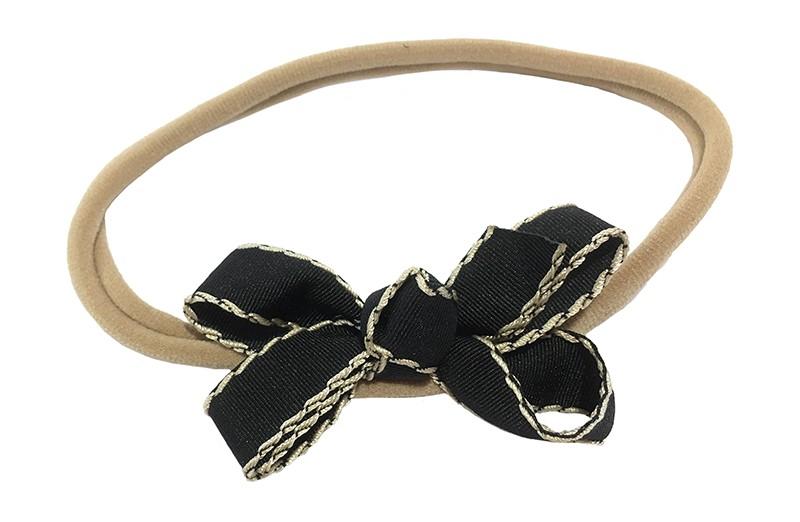 Schattig goed rekbaar nylon baby haarbandje. Met een strikje van geribbeld zwart lint.  Het haarbandje is goed rekbaar, geschikt tot ongeveer 18 maanden.   Het strikje is ongeveer 7 centimeter breed.