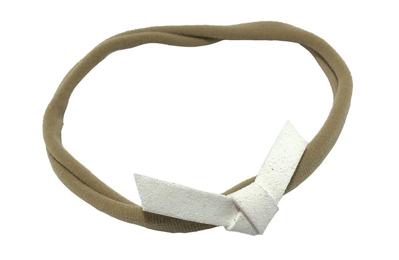 Leuk! Nylon haarbandje met wit suedelook knoopstrikje.  Het nylon haarbandje is heel goed rekbaar en daardoor geschikt voor baby, peuter en kleuter meisjes.  Leuk in heel veel kapseltjes.  Het suede knoopstrikje is ongeveer 6 centimeter breed.