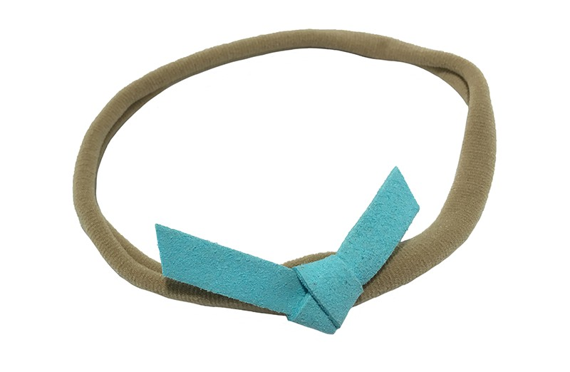 Leuk! Nylon haarbandje met blauw suedelook knoopstrikje.  Het nylon haarbandje is heel goed rekbaar en daardoor geschikt voor baby, peuter en kleuter meisjes.  Leuk in heel veel kapseltjes.  Het suede knoopstrikje is ongeveer 6 centimeter breed.