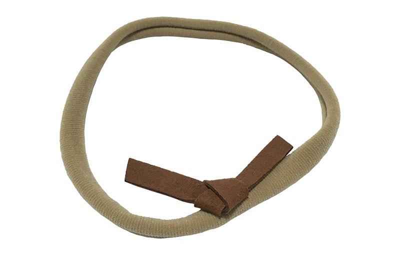 Leuk! Nylon haarbandje met bruin suedelook knoopstrikje.  Het nylon haarbandje is heel goed rekbaar en daardoor geschikt voor baby, peuter en kleuter meisjes.  Leuk in heel veel kapseltjes.  Het suede knoopstrikje is ongeveer 6 centimeter breed.