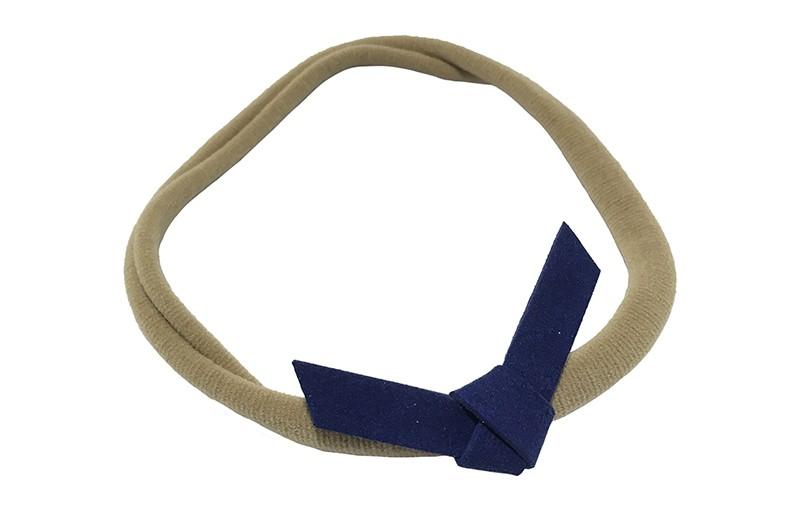 Leuk! Nylon haarbandje met donkerblauw, kobaltblauw suedelook knoopstrikje.  Het nylon haarbandje is heel goed rekbaar en daardoor geschikt voor baby, peuter en kleuter meisjes.  Leuk in heel veel kapseltjes.  Het suede knoopstrikje is ongeveer 6 centimeter breed.
