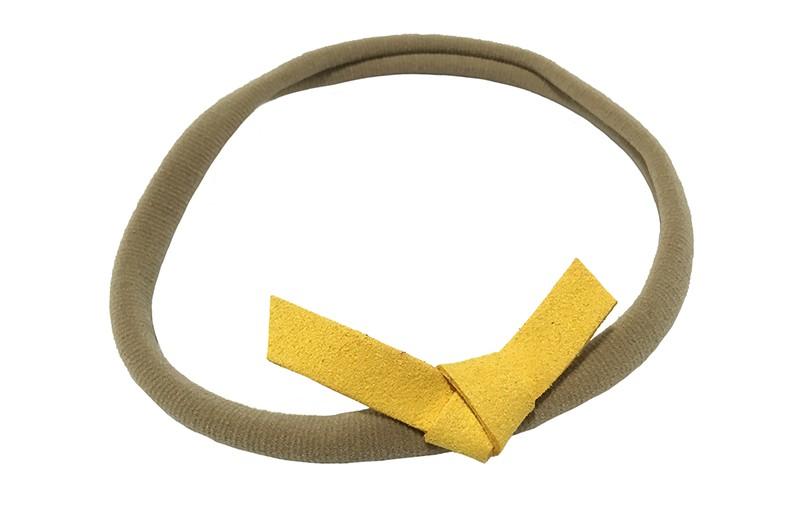 Leuk! Nylon haarbandje met okergeel suedelook knoopstrikje.  Het nylon haarbandje is heel goed rekbaar en daardoor geschikt voor baby, peuter en kleuter meisjes.  Leuk in heel veel kapseltjes.  Het suede knoopstrikje is ongeveer 6 centimeter breed.