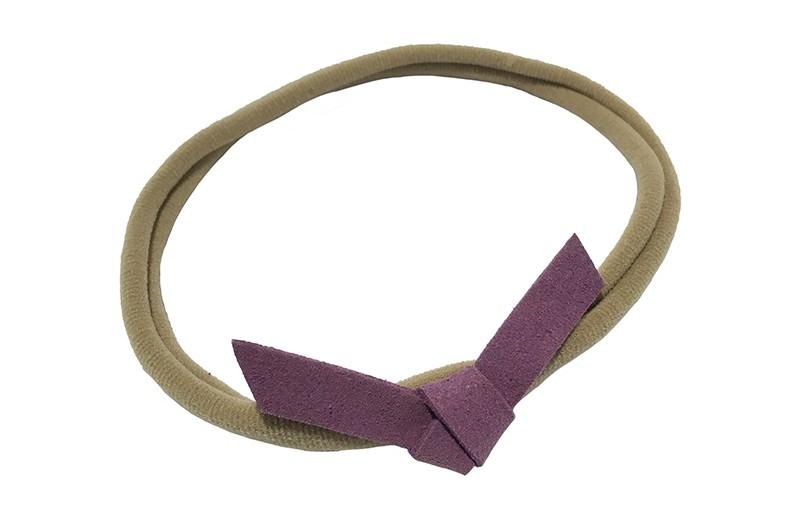 Leuk! Nylon haarbandje met paars suedelook knoopstrikje.  Het nylon haarbandje is heel goed rekbaar en daardoor geschikt voor baby, peuter en kleuter meisjes.  Leuk in heel veel kapseltjes.  Het suede knoopstrikje is ongeveer 6 centimeter breed.