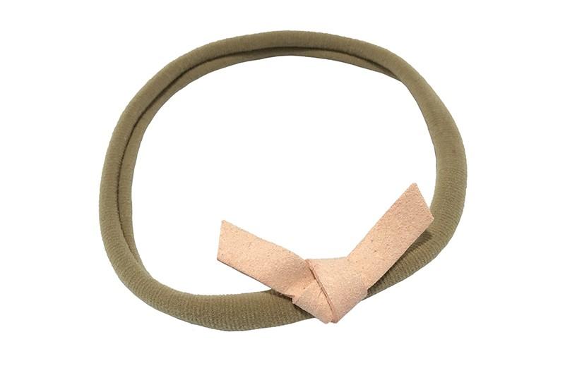 Leuk! Nylon haarbandje met zacht oranje (zalm) suedelook knoopstrikje.  Het nylon haarbandje is heel goed rekbaar en daardoor geschikt voor baby, peuter en kleuter meisjes.  Leuk in heel veel kapseltjes.  Het suede knoopstrikje is ongeveer 6 centimeter breed.