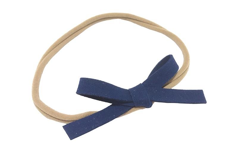 Leuk! Nylon haarbandje met donker blauw suedelook strikje.  Het nylon haarbandje is heel goed rekbaar en daardoor geschikt voor baby, peuter en kleuter meisjes.  Leuk in heel veel kapseltjes!  Het suede strikje is ongeveer 8 centimeter breed.