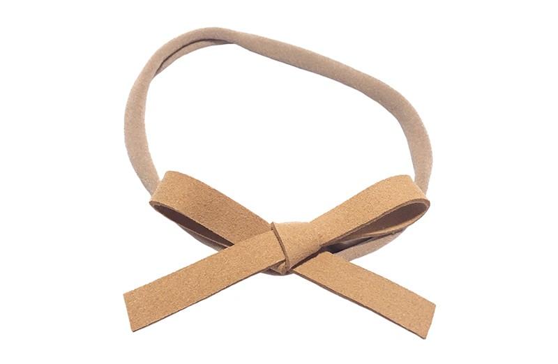 Leuk! Nylon haarbandje met camel, beige suedelook strikje.  Het nylon haarbandje is heel goed rekbaar en daardoor geschikt voor baby, peuter en kleuter meisjes.  Leuk in heel veel kapseltjes!  Het suede strikje is ongeveer 8 centimeter breed.