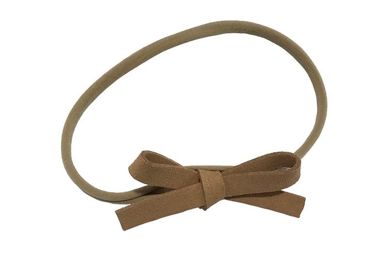 Leuk! Nylon haarbandje met camel bruin suedelook strikje.  Het nylon haarbandje is heel goed rekbaar en daadoor geschikt voor peuter en kleuter meisjes.  Leuk in heel veel kapseltjes.  Het suede strikje is ongeveer 8 centimeter breed.
