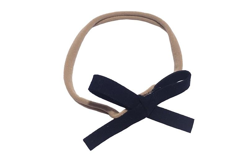 Leuk! Nylon haarbandje met diep donkerblauwe suedelook strikje.  Het nylon haarbandje is heel goed rekbaar en daardoor geschikt voor baby, peuter en kleuter meisjes.  Leuk in heel veel kapseltjes!  Het suede strikje is ongeveer 8 centimeter breed.