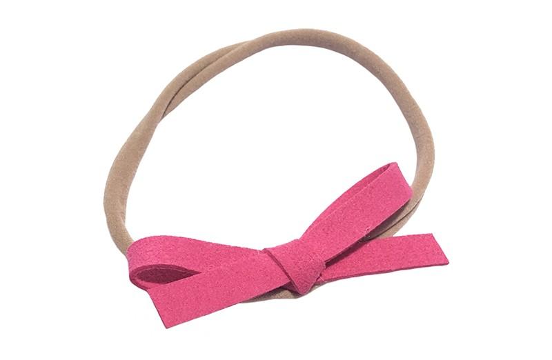 Leuk! Nylon haarbandje met fel roze suedelook strikje.  Het nylon haarbandje is heel goed rekbaar en daardoor geschikt voor baby, peuter en kleuter meisjes.  Leuk in heel veel kapseltjes!  Het suede strikje is ongeveer 8 centimeter breed.