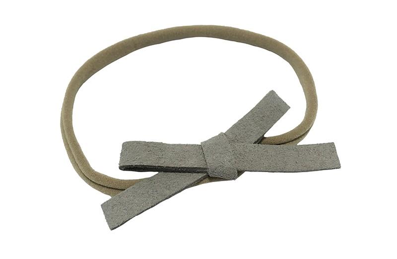 Leuk! Nylon haarbandje met grijs suedelook strikje.  Het nylon haarbandje is heel goed rekbaar en daardoor geschikt voor baby, peuter en kleuter meisjes.  Leuk in heel veel kapseltjes!  Het suede strikje is ongeveer 8 centimeter breed.