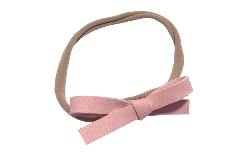 Leuk! Nylon haarbandje met (zalm)licht roze suede strikje.  Het nylon haarbandje is heel goed rekbaar en daardoor geschikt voor baby, peuter en kleuter meisjes.  Leuk in heel veel kapseltjes!  Het suede strikje is ongeveer 8 centimeter breed.