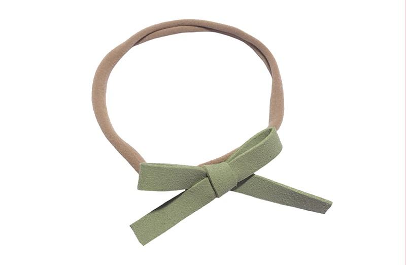 Leuk! Nylon haarbandje met mint groen suedelook strikje.  Het nylon haarbandje is heel goed rekbaar en daardoor geschikt voor baby, peuter en kleuter meisjes.  Leuk in heel veel kapseltjes!  Het suede strikje is ongeveer 8 centimeter breed.