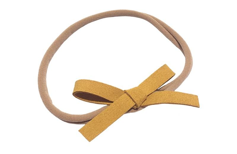 Leuk! Nylon haarbandje met oker geel suedelook strikje.  Het nylon haarbandje is heel goed rekbaar en daardoor geschikt voor baby, peuter en kleuter meisjes.  Leuk in heel veel kapseltjes!  Het suede strikje is ongeveer 8 centimeter breed.