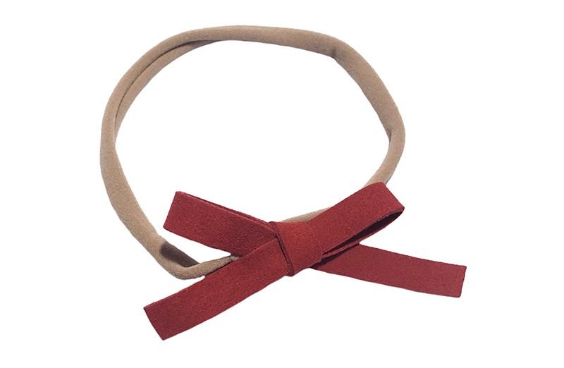 Leuk! Nylon haarbandje met warm rood suedelook strikje.  Het nylon haarbandje is heel goed rekbaar en daardoor geschikt voor baby, peuter en kleuter meisjes.  Leuk in heel veel kapseltjes!  Het suede strikje is ongeveer 8 centimeter breed.
