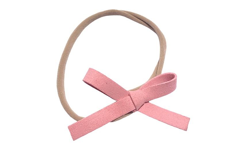 Leuk! Nylon haarbandje met roze suedelook strikje.  Het nylon haarbandje is heel goed rekbaar en daardoor geschikt voor baby, peuter en kleuter meisjes.  Leuk in heel veel kapseltjes!  Het suede strikje is ongeveer 8 centimeter breed.