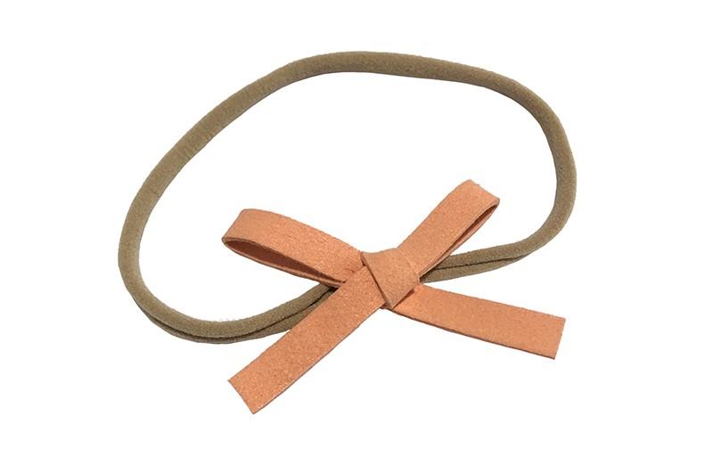 Leuk! Nylon haarbandje met zalmroze suedelook strikje.  Het nylon haarbandje is heel goed rekbaar en daadoor geschikt voor peuter en kleuter meisjes.  Leuk in heel veel kapseltjes.  Het suede strikje is ongeveer 8 centimeter breed.