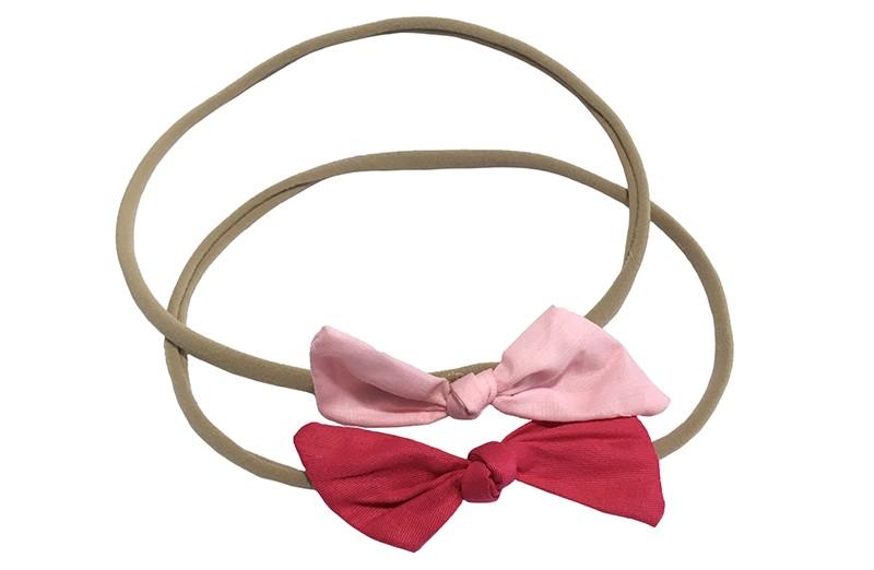 Schattig setje van 2 goed rekbare nylon haarbandjes. Met op elk een strikje van stof.  1 haarbandje met een fuchsia roze strikje.  1 haarbandje met een licht roze strikje.  De haarbandjes zijn goed rekbaar en daardoor geschikt tot ongeveer 6 jaar.  De strikjes zijn ongeveer 6 centimeter breed.