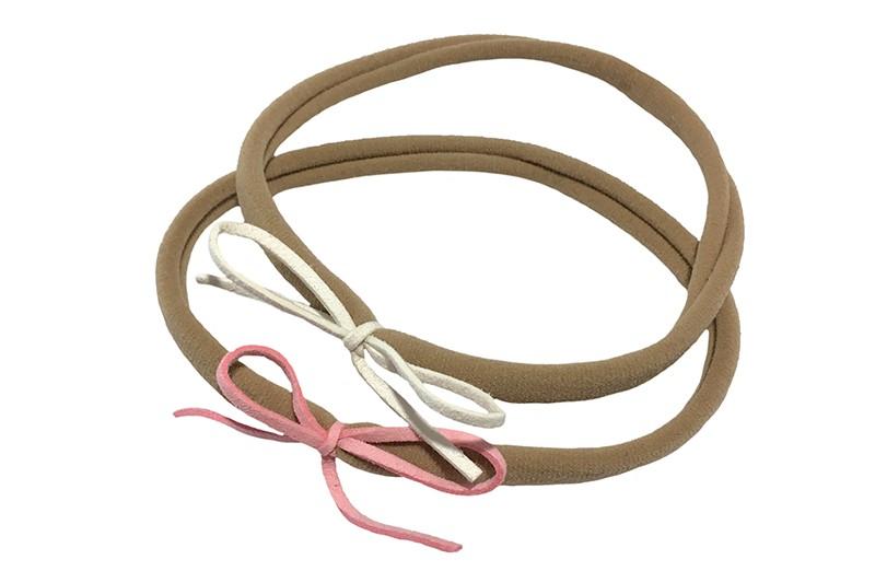 Vrolijk setje van 2 nylon baby, peuter, kleuter, haarbandjes. Met op elk een suedelook strikje. 1 licht roze en 1 wit.  Het nylon haarbandje is goed rekbaar en daardoor geschikt tot ongeveer 5 jaar.  De strikjes zijn ongeveer 6 centimeter.