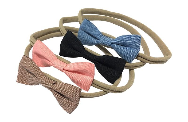Leuk en handig setje van 4 nylon baby haarbandjes. Met op elk een stoffen strikje in leuke kleurtjes. Het haarbandje is van goed rekbaar nylon. Het strikje is ongeveer 8 centimeter.