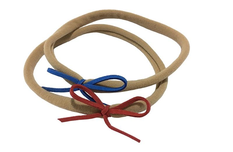 Vrolijk setje van 2 nylon baby, peuter, kleuter, haarbandjes. Met op elk een suede look strikje. 1 blauw en 1 rood.  Het nylon haarbandje is goed rekbaar en daardoor geschikt tot ongeveer 5 jaar.  De strikjes zijn ongeveer 6 centimeter.