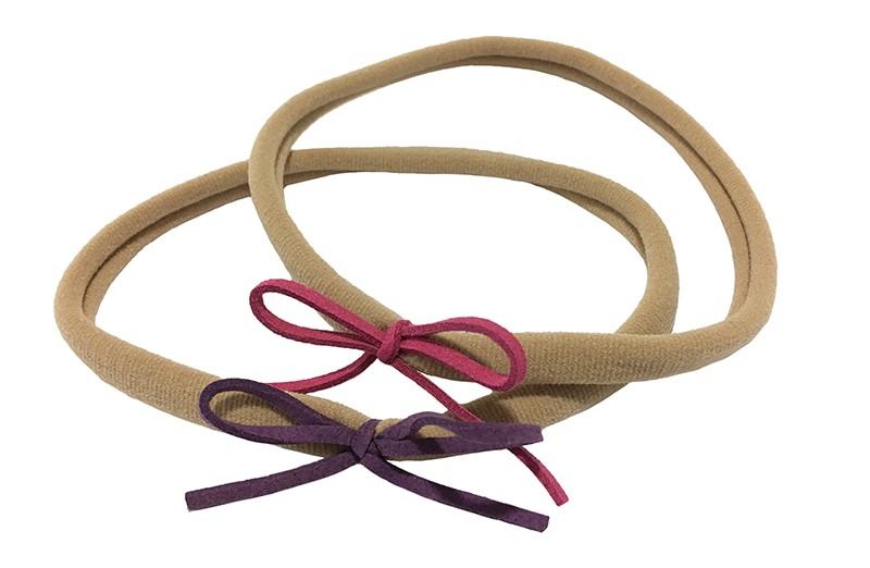 Vrolijk setje van 2 nylon baby, peuter, kleuter, haarbandjes. Met op elk een suede look strikje. 1 paars en 1 donker roze.  Het nylon haarbandje is goed rekbaar en daardoor geschikt tot ongeveer 5 jaar.  De strikjes zijn ongeveer 6 centimeter.
