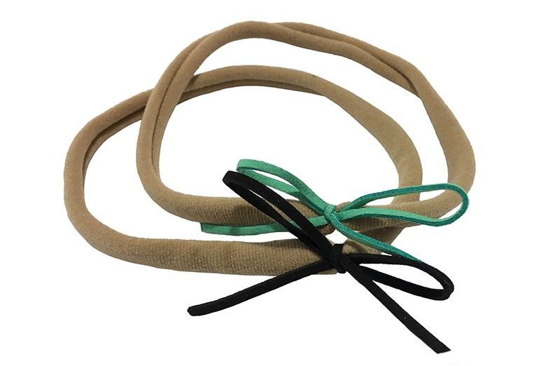 Vrolijk setje van 2 nylon baby, peuter, kleuter, haarbandjes. Met op elk een suede look strikje. 1 zwart en 1 (mint) groen.  Het nylon haarbandje is goed rekbaar en daardoor geschikt tot ongeveer 5 jaar.  De strikjes zijn ongeveer 6 centimeter.
