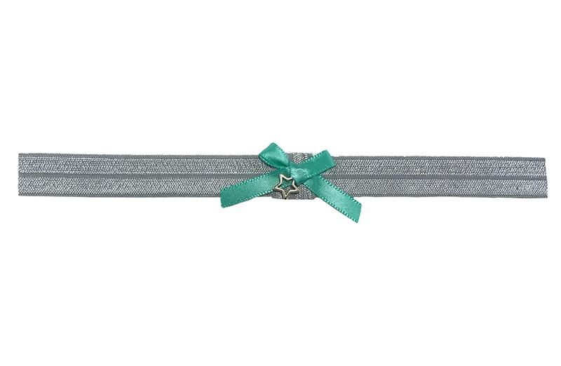 Vrolijk grijs glanzend peuter meisjes haarbandje van rekbaar elastiek.  Met een lief klein groen strikje van lint en een klein sterretje.  Het haarbandje is ongeveer 1.5 centimeter breed.  Te gebruiken tot ongeveer 4 jaar.