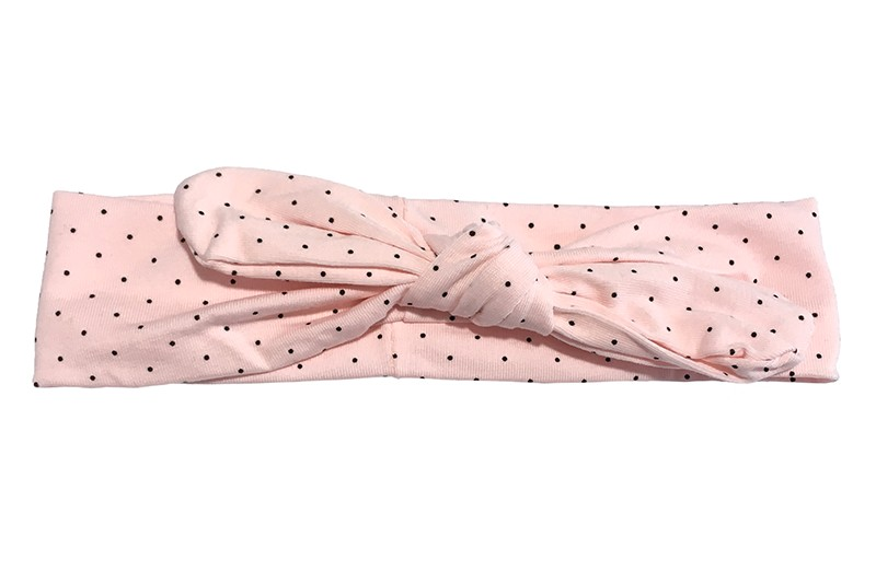 Schattig licht roze baby peuter haarbandje met zwarte stipjes. Geknoopt in een leuk 'oortjes' modelletje.  Het bandje is ongeveer 4 centimeter hoog en (niet uitgerekt gemeten) 18 centimeter breed.  Het haarbandje is geschikt tot en met ongeveer 3 jaar.