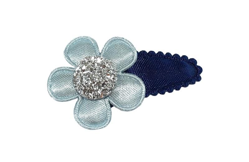 Schattig effen donker blauw baby peuter haarspeldje.  Met een effen licht blauw bloemetje.  Afgewerkt met een zilvergrijs steentje.